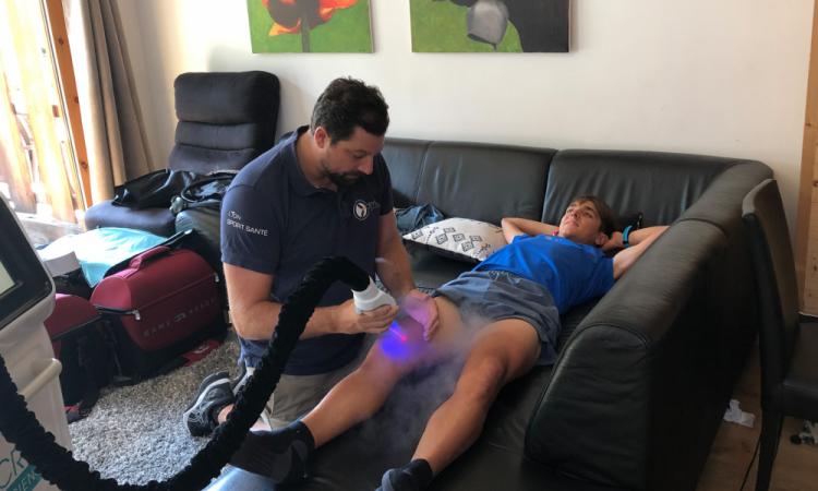 Xavier Thevenard en séance de récupération de cryotherapie localisée avec romain thieffry de cryoadvance